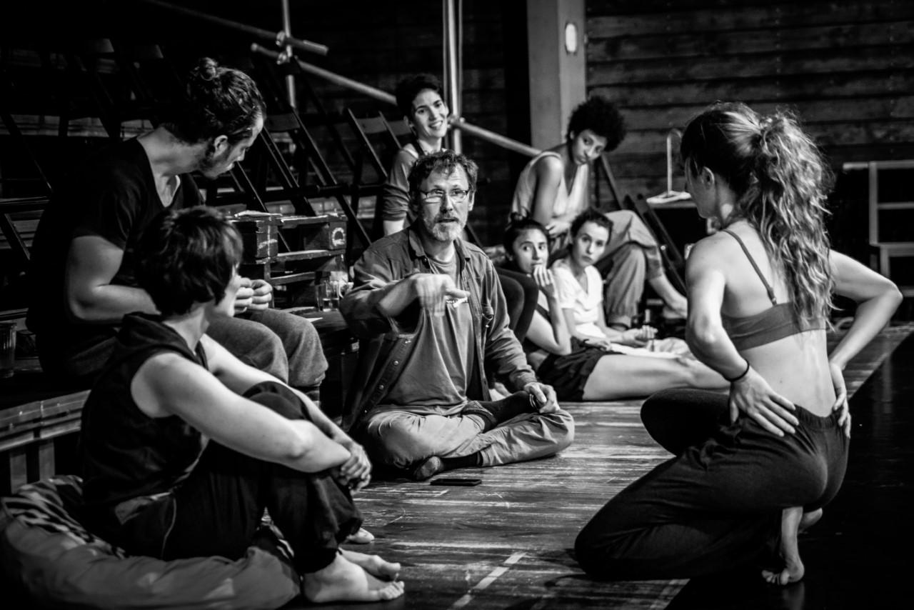 Regisseur Pavel Štourač bei der Probe mit Künstler*innen